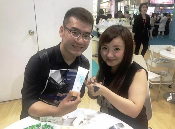 《唯美工匠》首席记者赵竞先生(左)和株式会社COSMETEC JAPAN董事伊勢淳女士(右)试用树膜系列