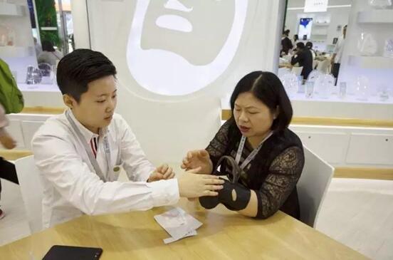 展商现场体验EWG面膜系列产品